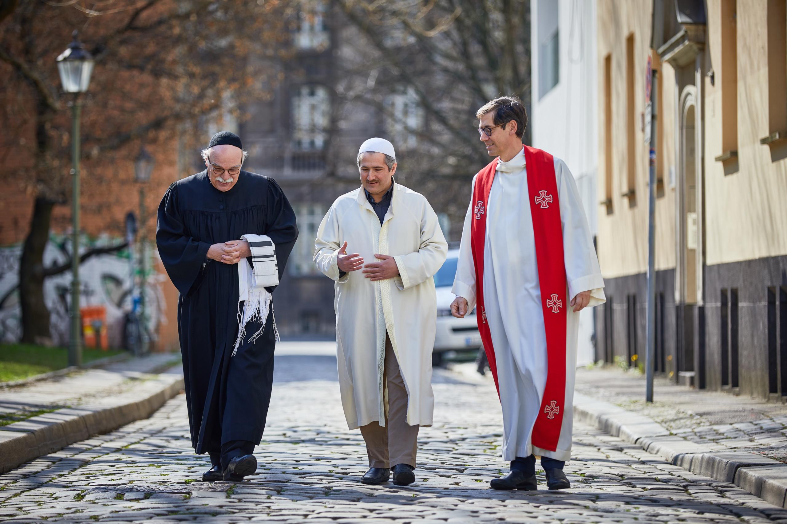 Große Hoffnung in schweren Zeiten: Das House of One versenkt den Grundstein
